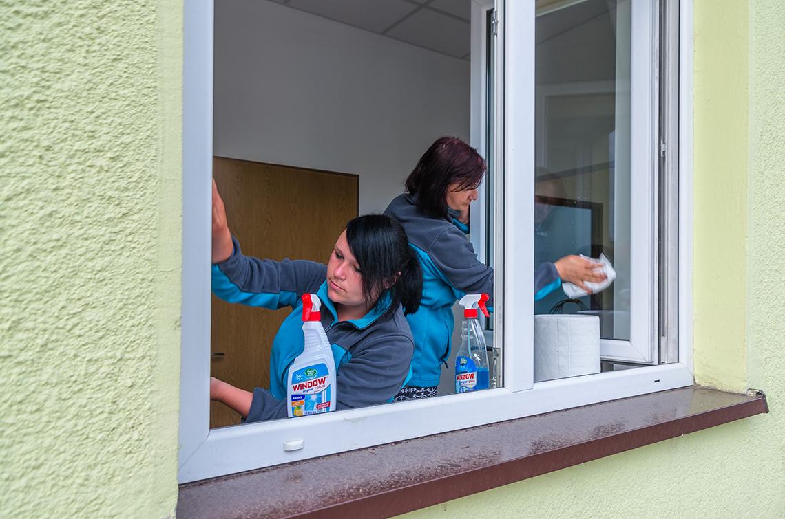 pracownicy warsztatu porządkowego - kobiety myją okna