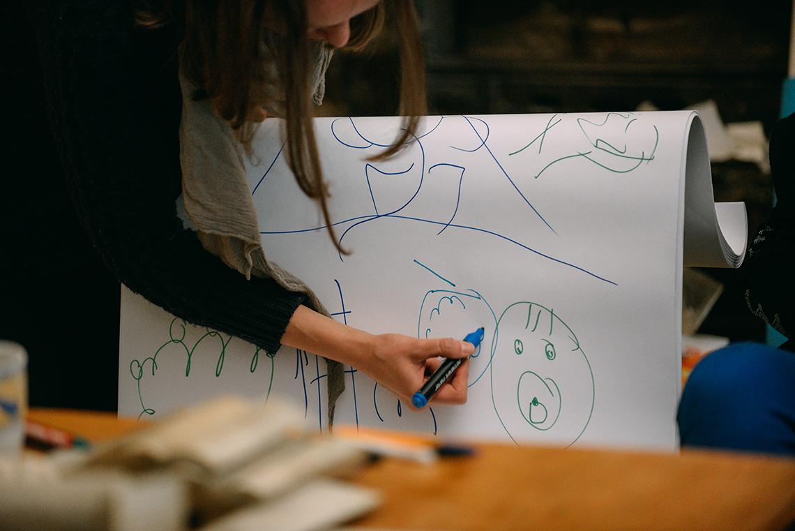warsztaty - kobieta rysuje na kartce