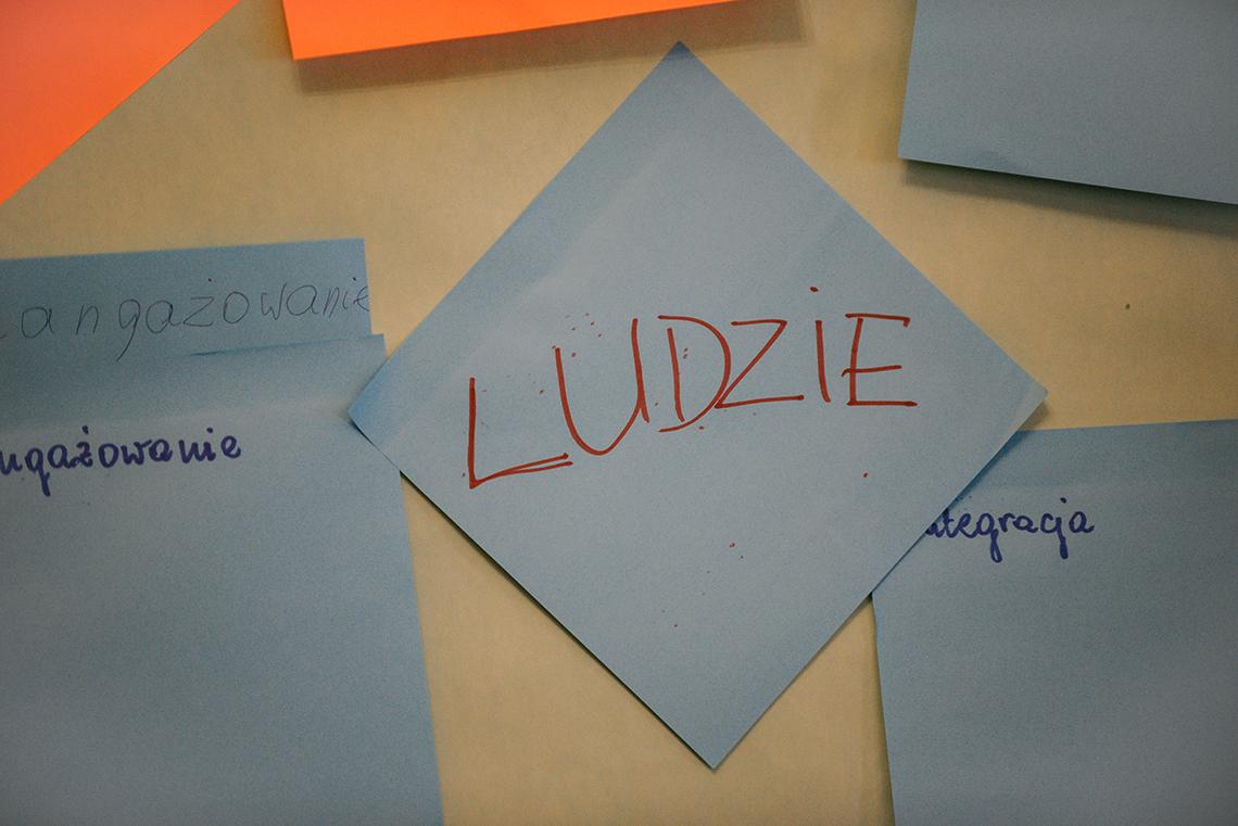 kartka z napsisem ludzie przylepiona do tablicy