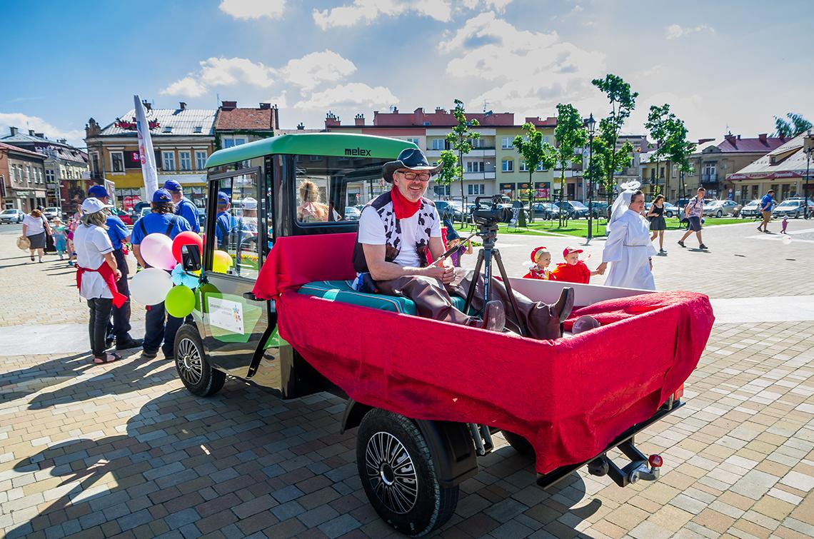 parada z okazji dnia dziecka - fotograf na ciągniku