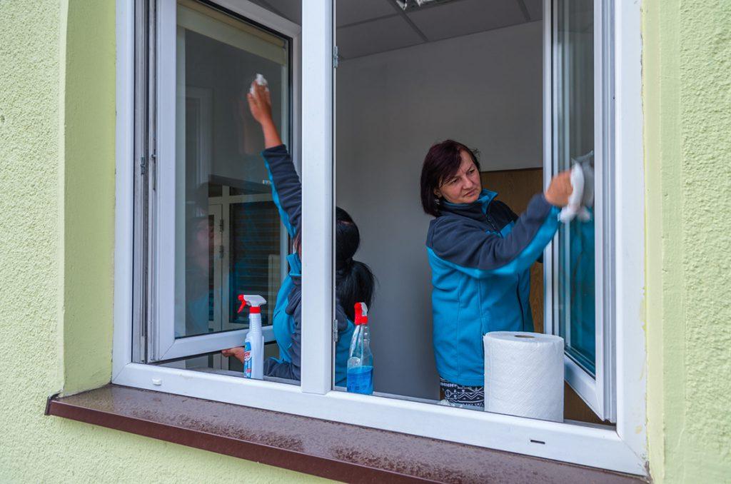 warsztat porządkowy - kobiety myjące okna