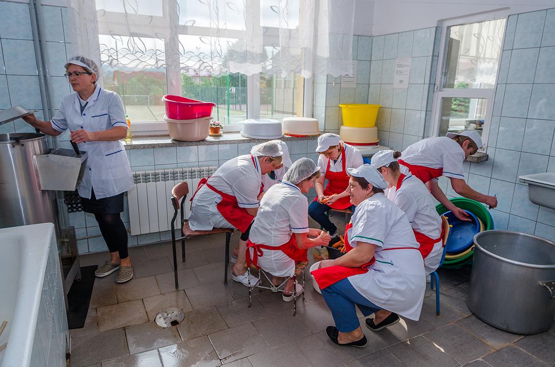 warsztat gastronomiczny - kobiety obierają marchewki